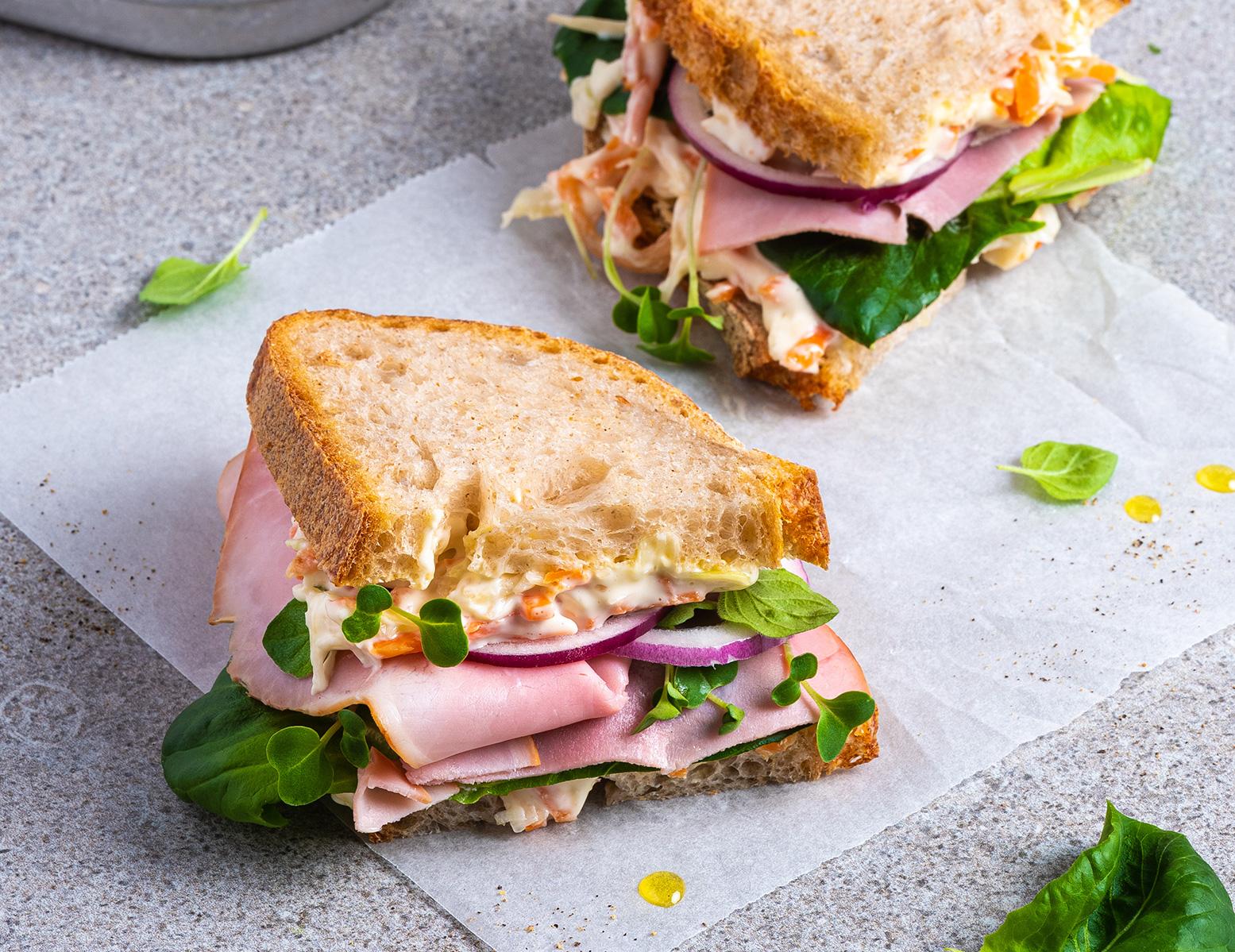 Sandwich med skinke og italiensk salat
