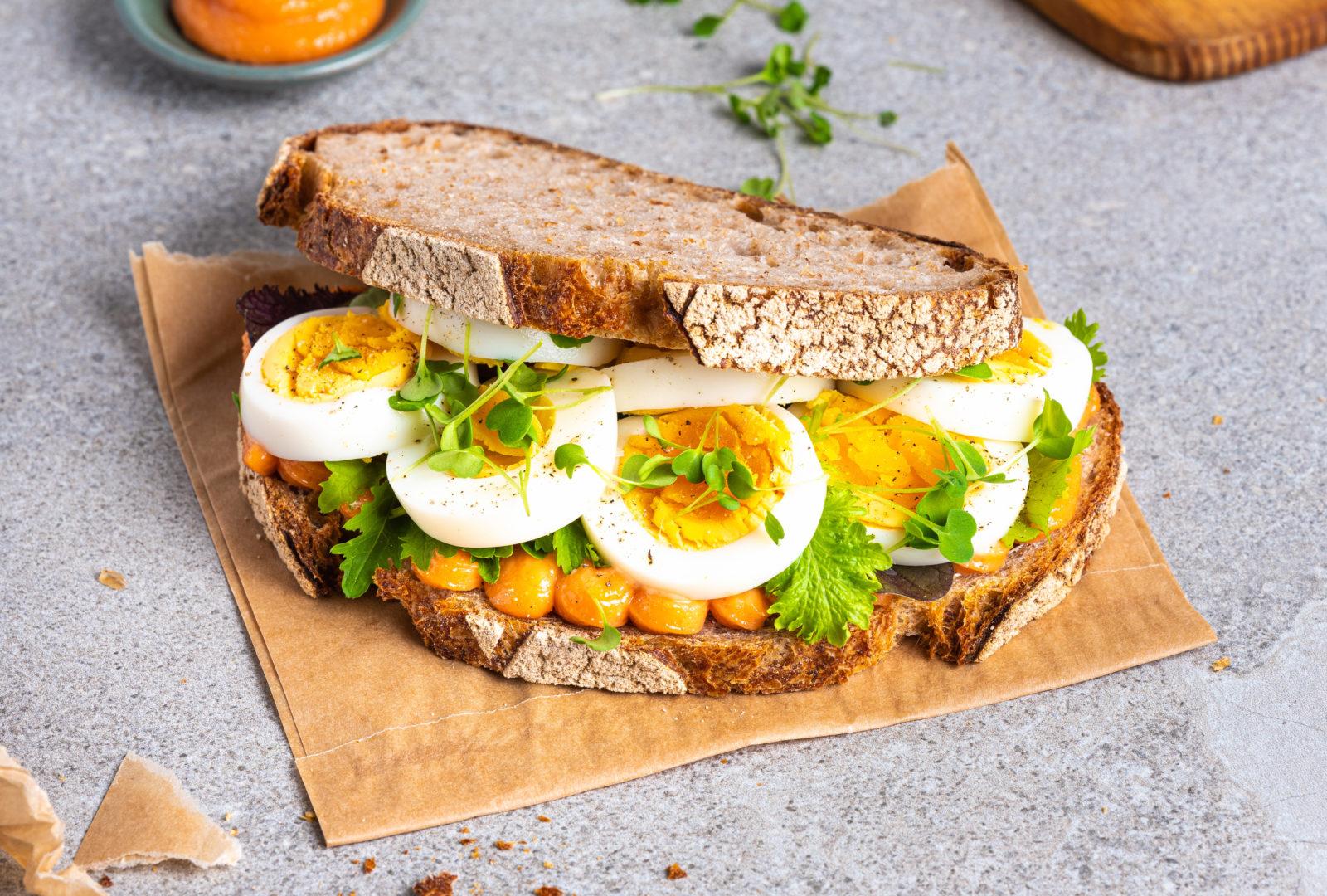 Egg og kaviar sandwich