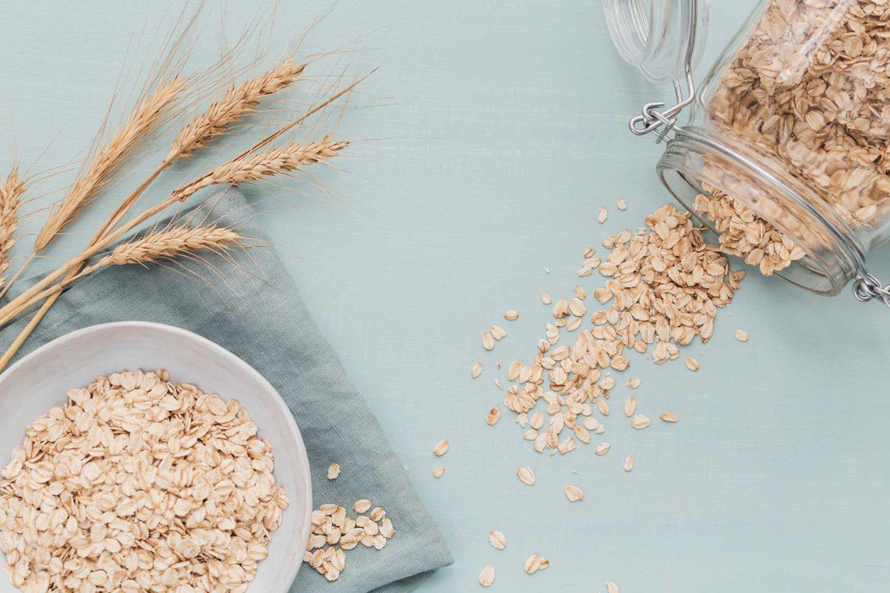 Havregryn og korn på blå bakgrunn