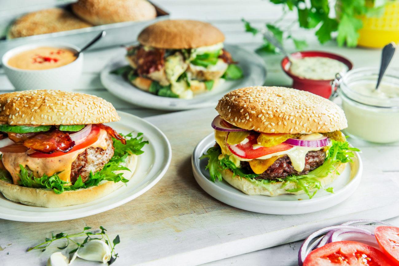 Tre hjemmelagde hamburgere