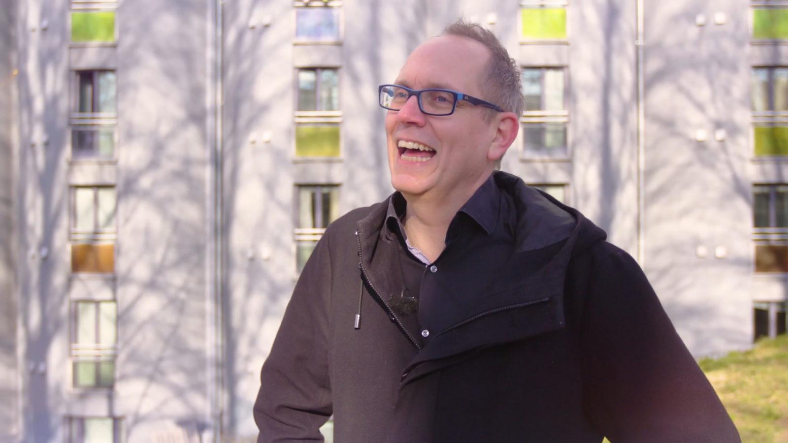 Tom smiler, utendørs