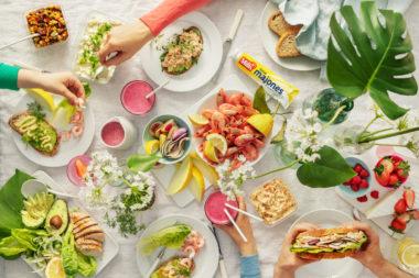 Frokostbord med sommerprodukter