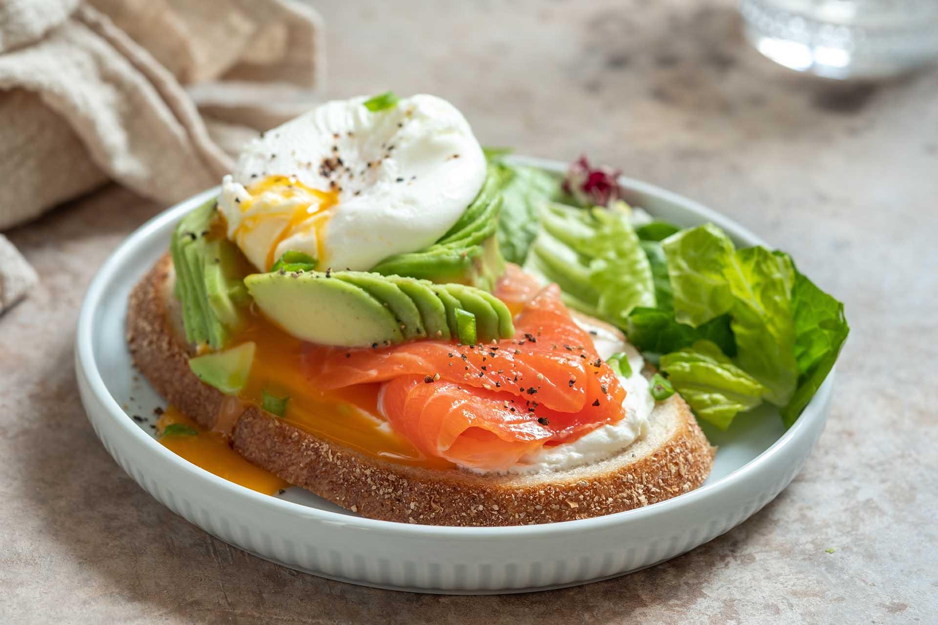 Brød med avokado,egg og laks - eksempel på umettet fett