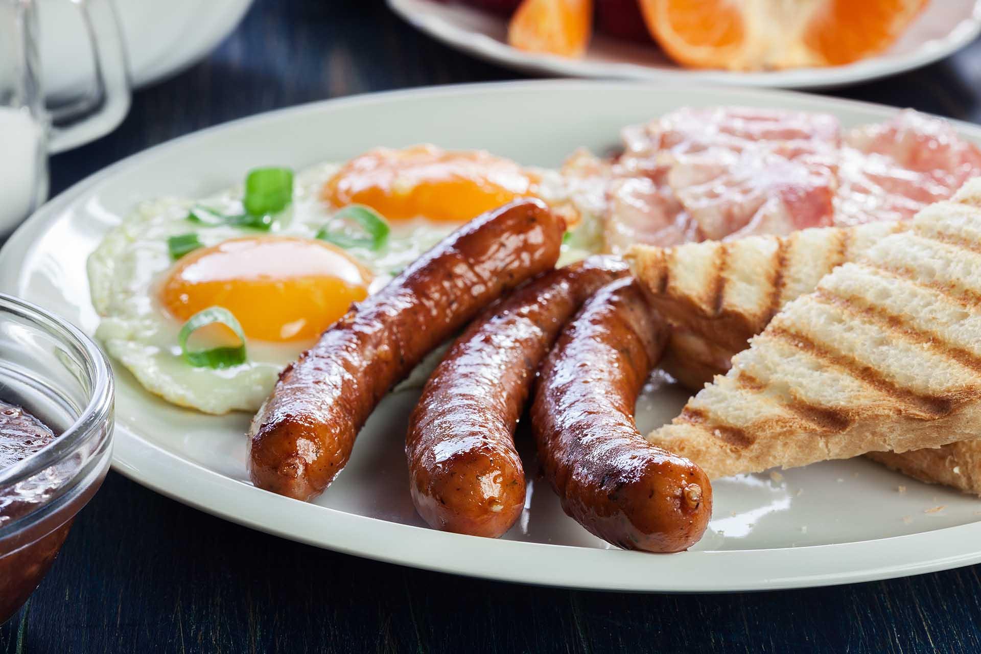 Egg, pølse, bacon og toast - eksempel på måltid med mye mettet fett