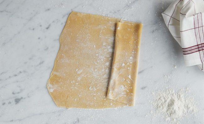 Hjemmelaget pasta - steg 7: drysset over mel og begynt brettingen