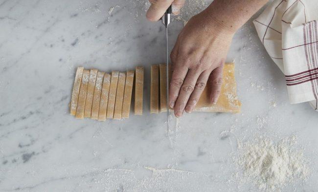 Hjemmelaget pasta - steg 8: pasta skjæres i strimer