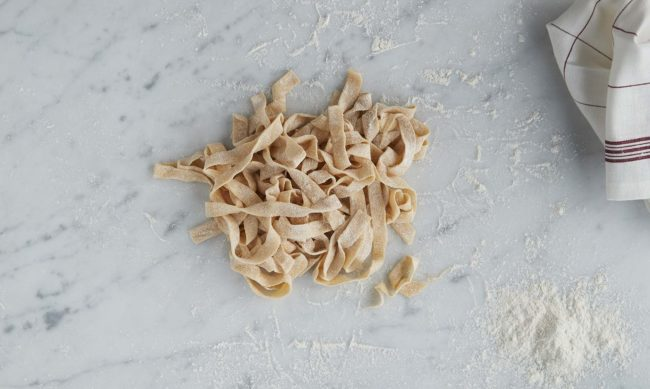Hjemmelaget pasta - steg 9: ferdig kuttet pasta i strimler