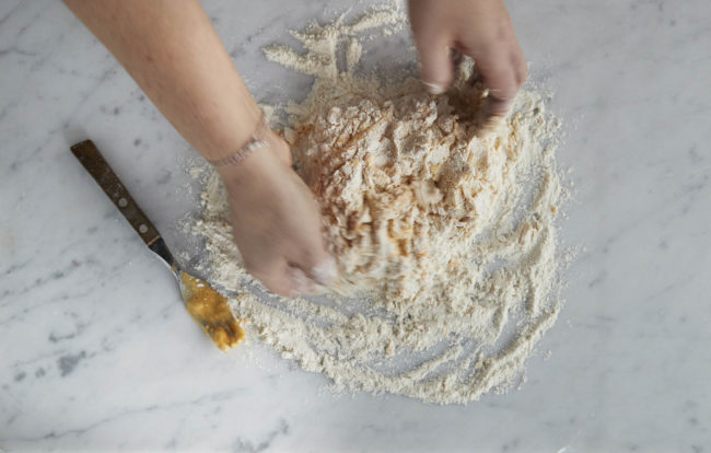 Hjemmelaget pasta - steg 4: deigen samles og knas