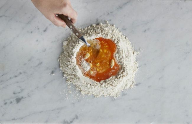Hjemmelaget pasta - steg 2: egg og mel piskes sammen med gaffel
