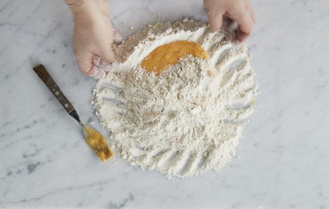 Hjemmelaget pasta - steg 3: drar melet inn mot midten med hendene