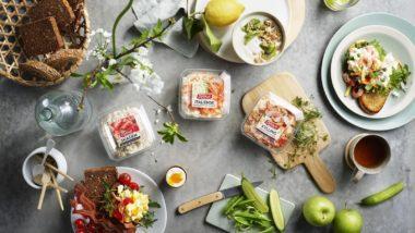 Frokostbord med skagensalat, italiensk salat og kyllingsalat