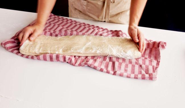 Butterdeig dekket med plast
