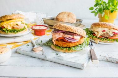 3 hamburgere med smakfulle hamburgerdressinger