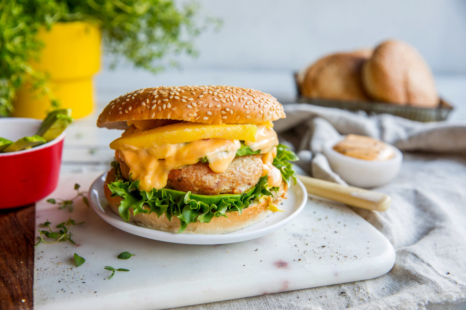 Kyllingburger med sweet chili-dressing