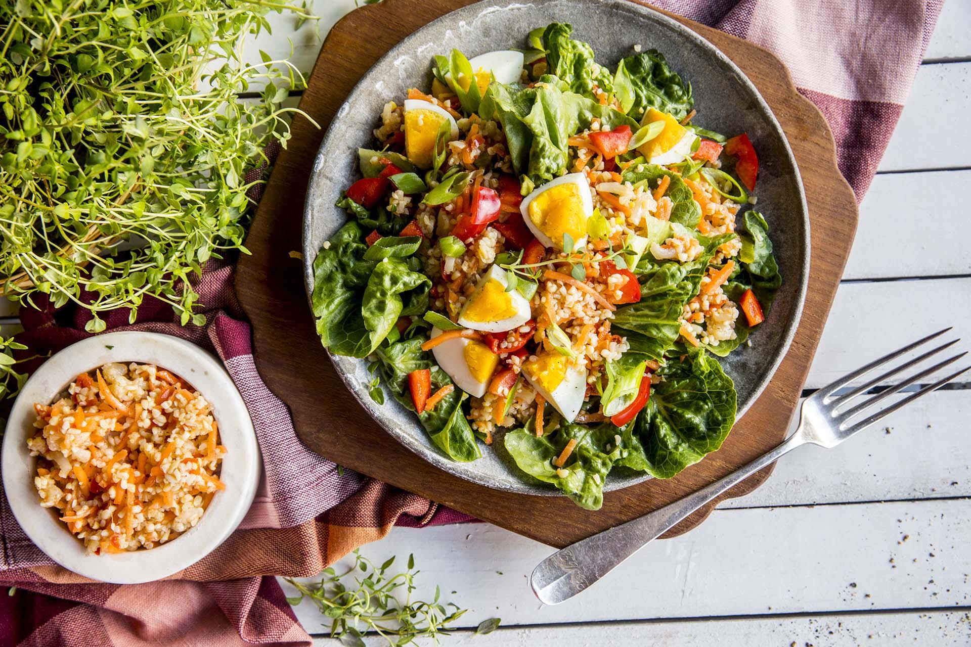 Sommersalat med egg og bulgur