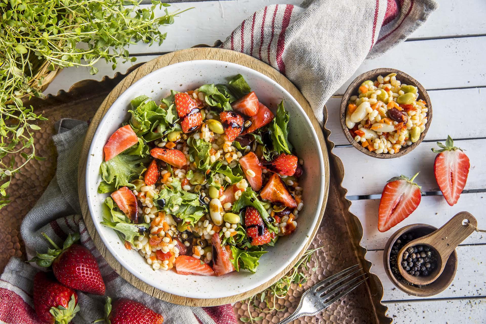 Jordbærsalat med bygg og linser
