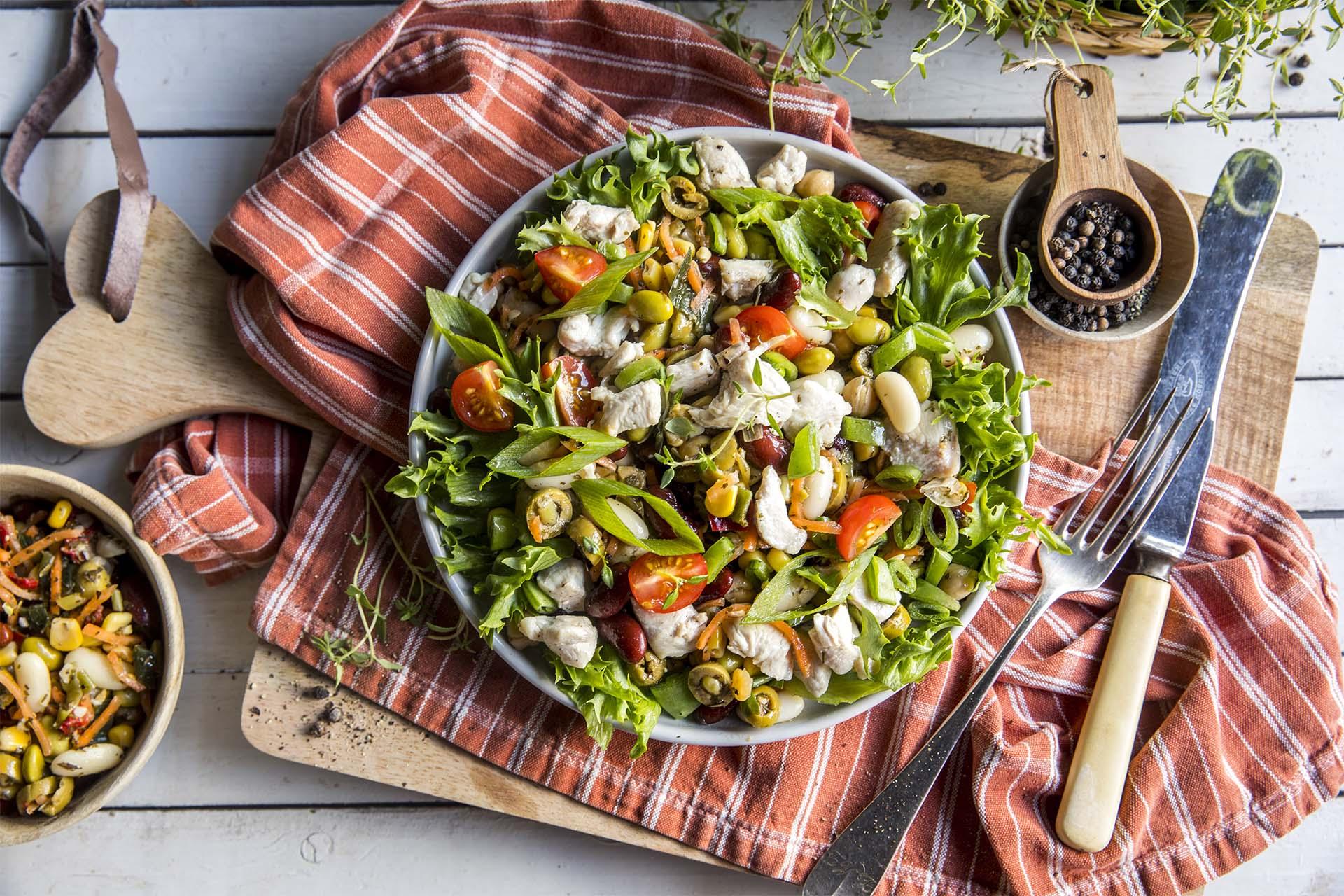 Kyllingsalat med bønner og oliven