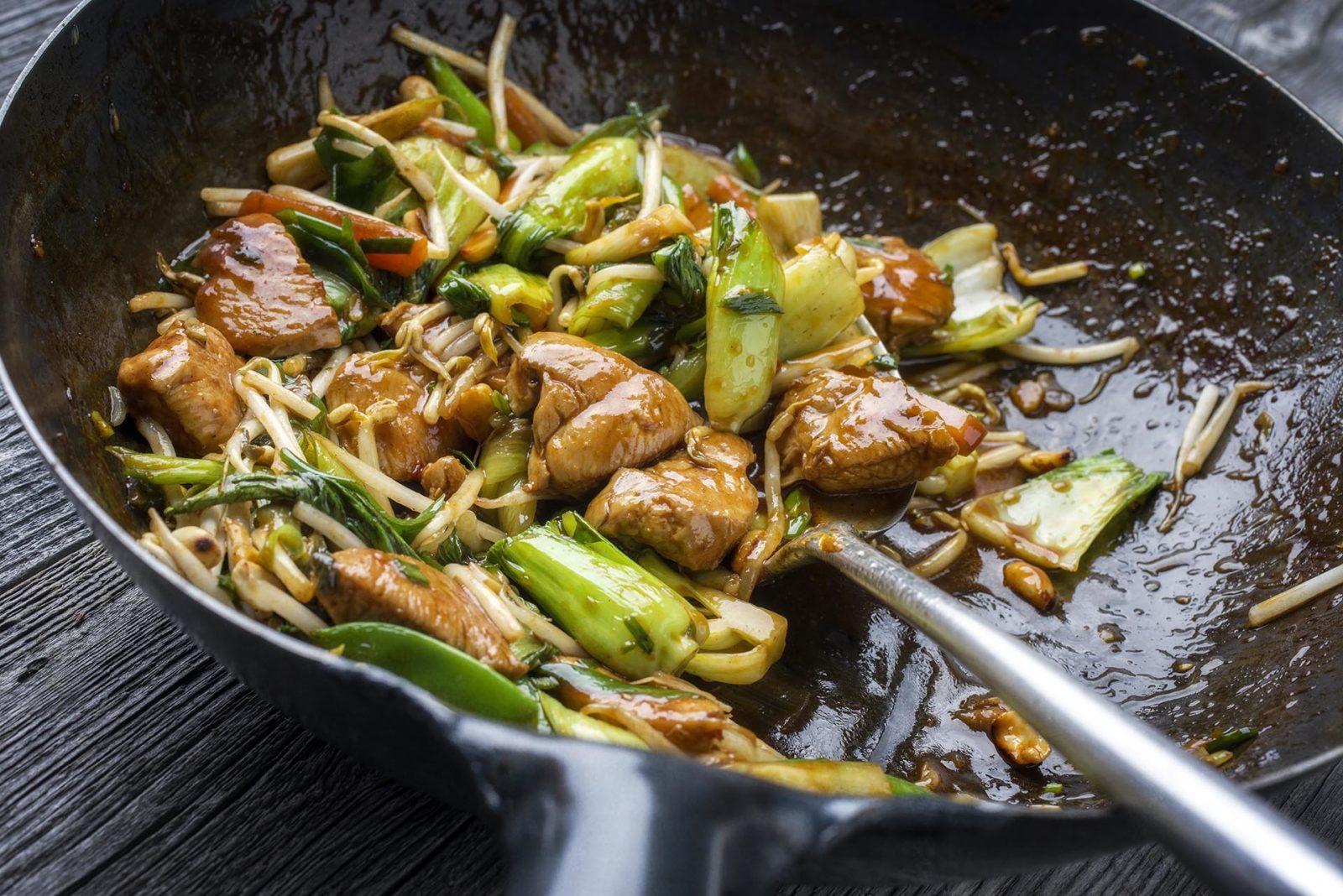 asiatisk wok som stekes i matolje