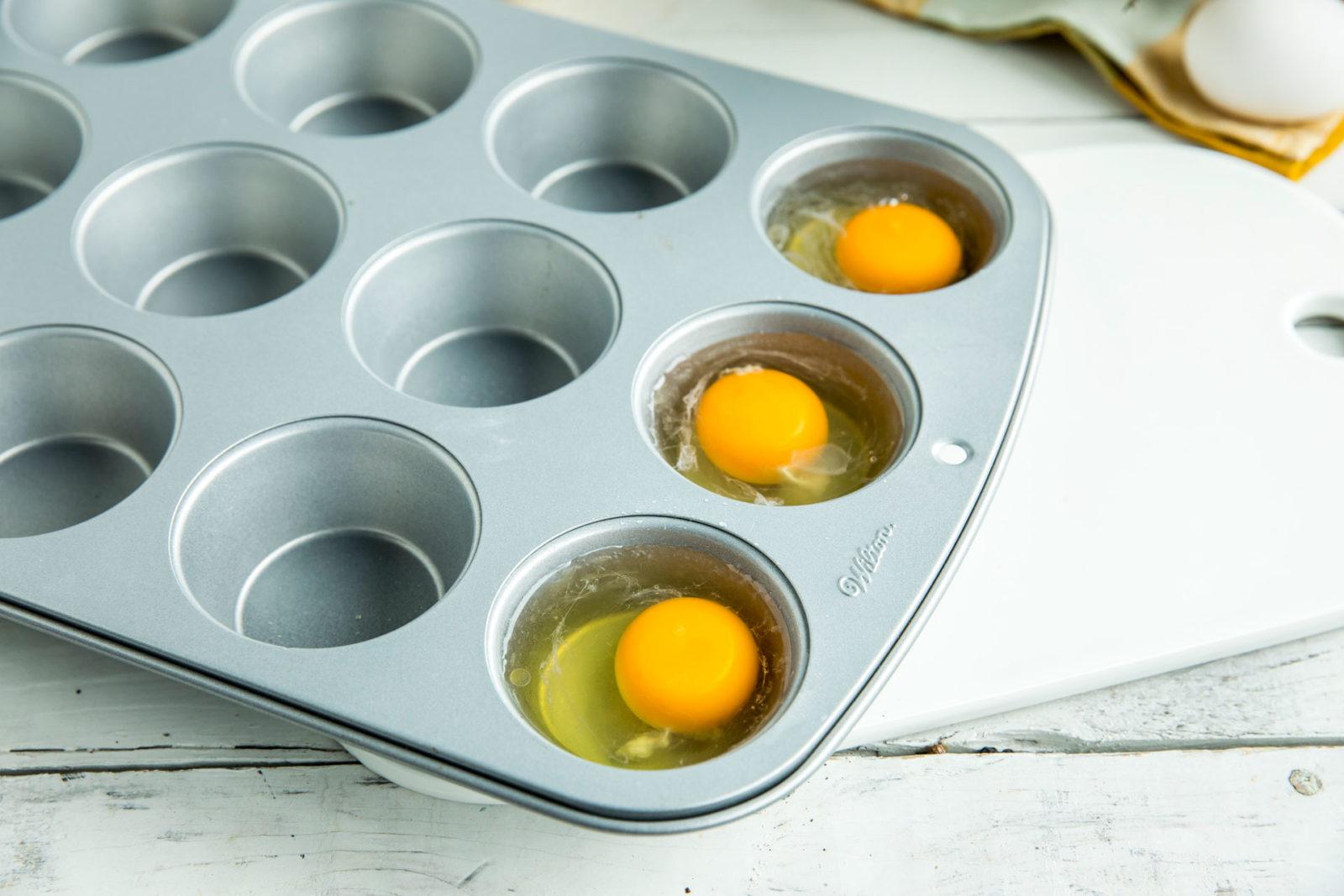 Posjert egg i muffinsbrett