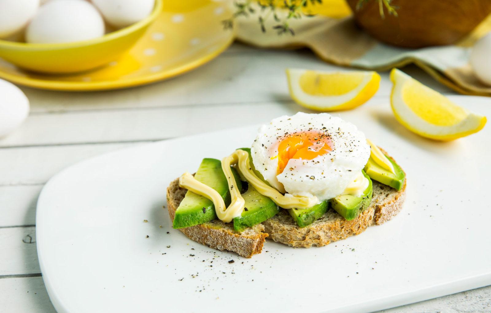 Posjert egg med majones og avokado