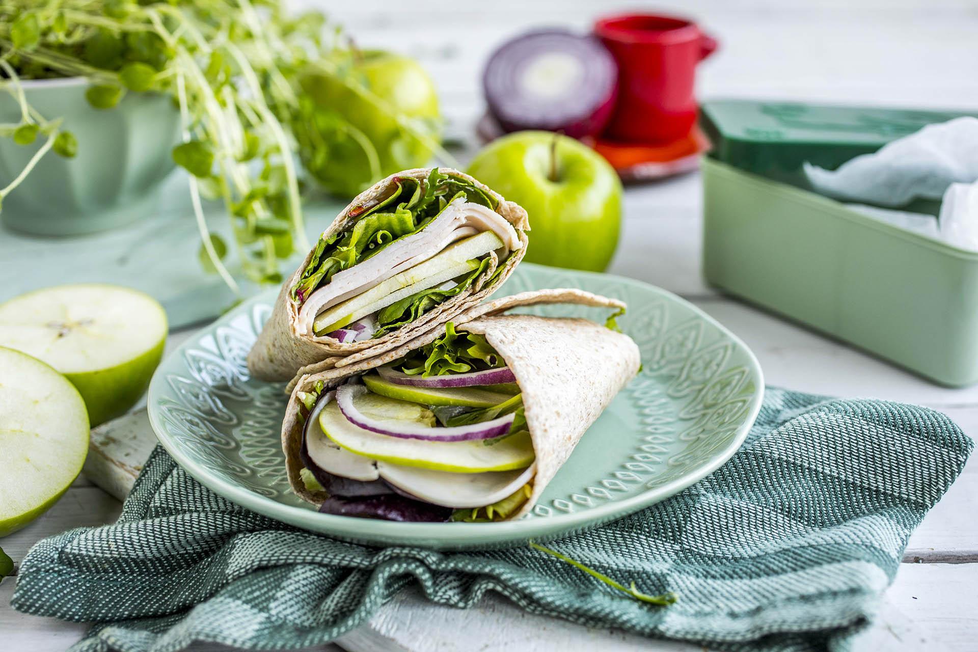 Wrap til matpakken med kylling og eplebiter