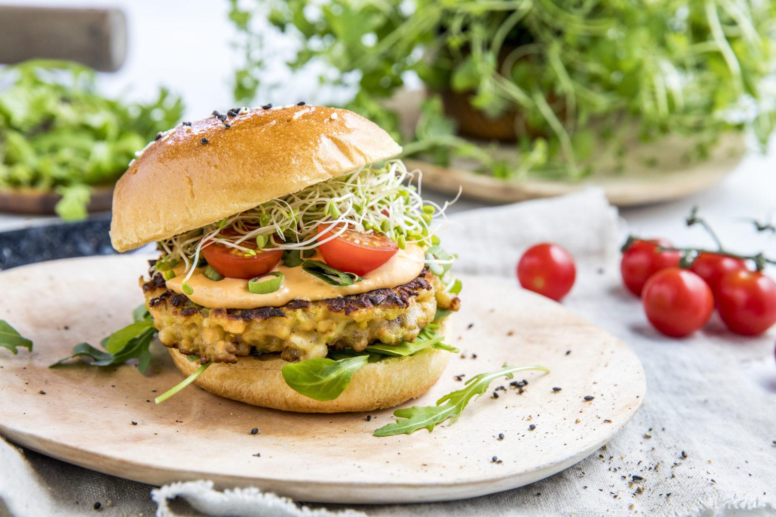 Vegetarburger av bygg og linser