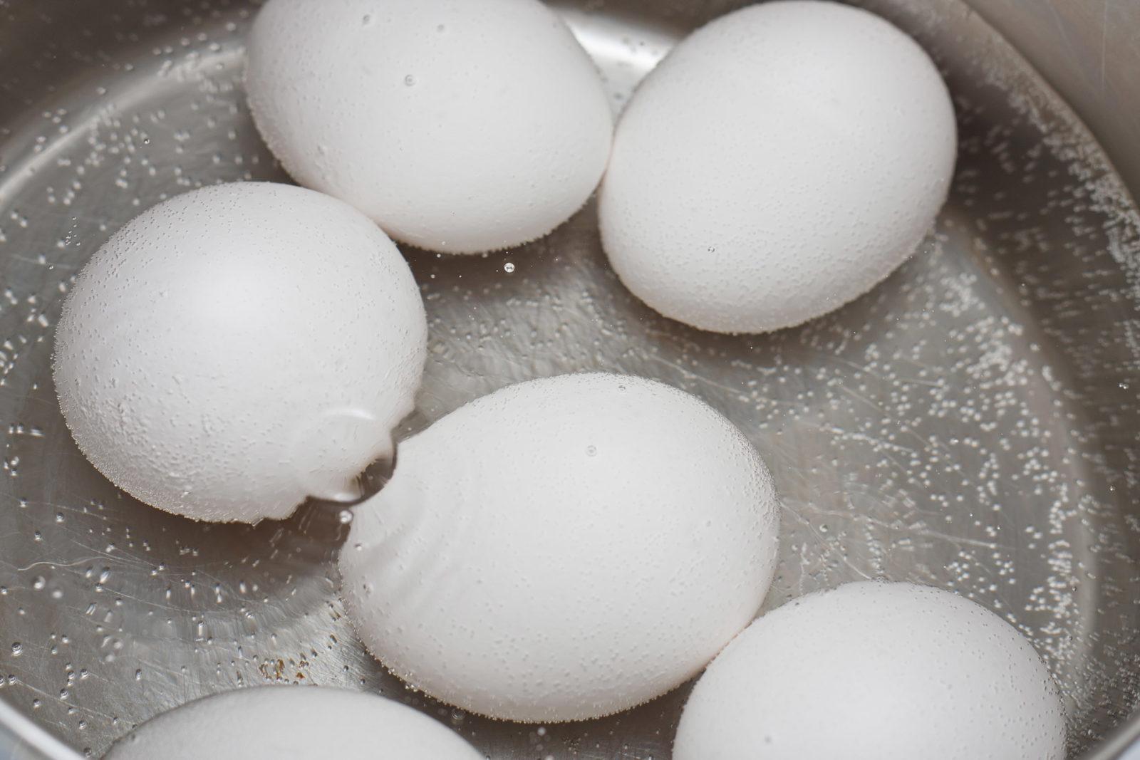 Egg som koker i en kjele. Foto.
