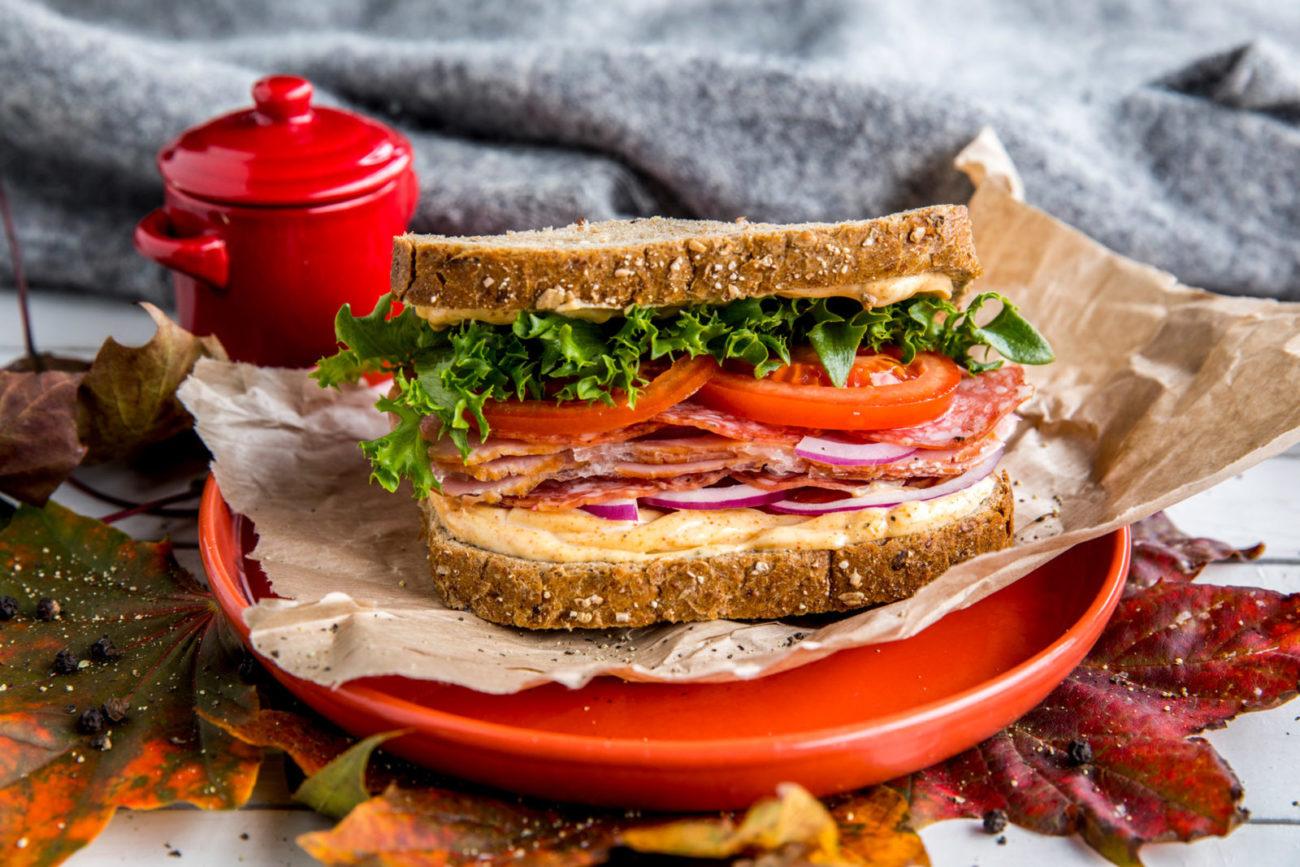 Tursandwich med paprikamajones, salami og salat. Foto.