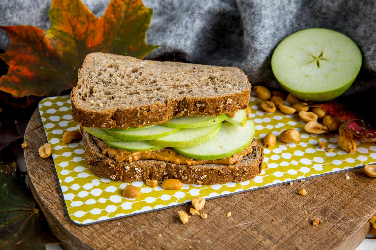 Peanøttsmør- og eplesandwich. Foto.