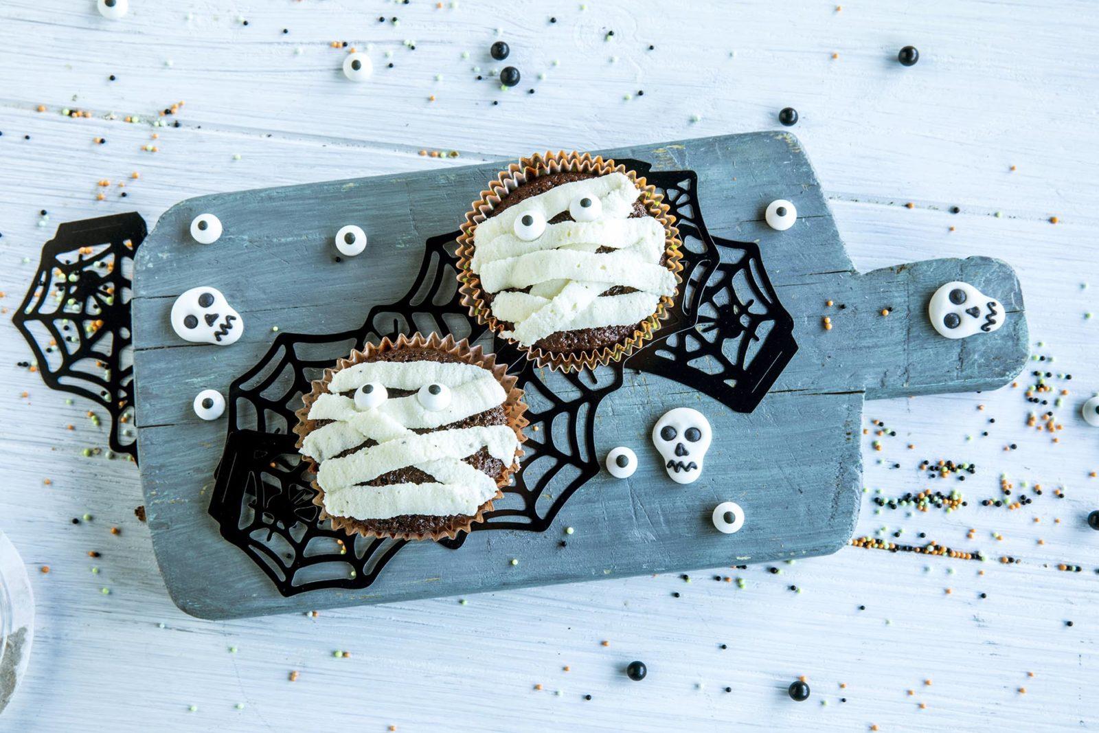 Muffins til halloween dekorert som mumier