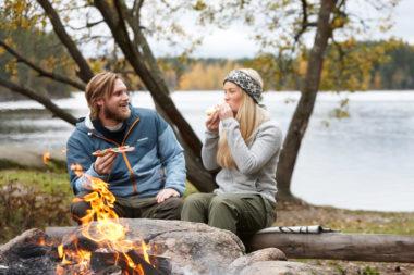 Nordmenn spiser brødskiver. Foto.