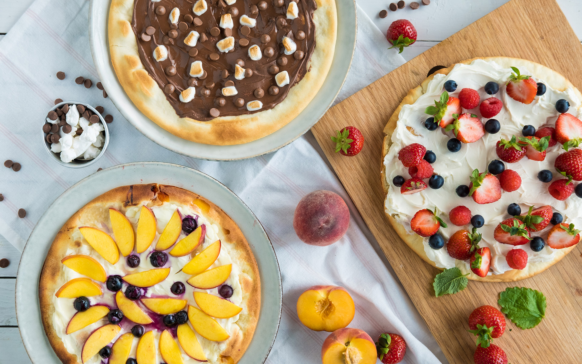 Dessert pizza med ulike toppings. Foto.