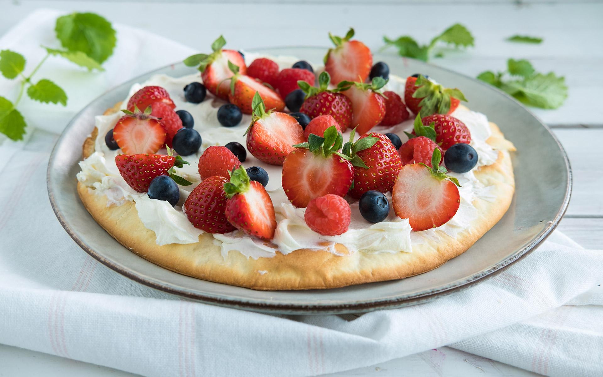 Dessertpizza med bær. Foto.