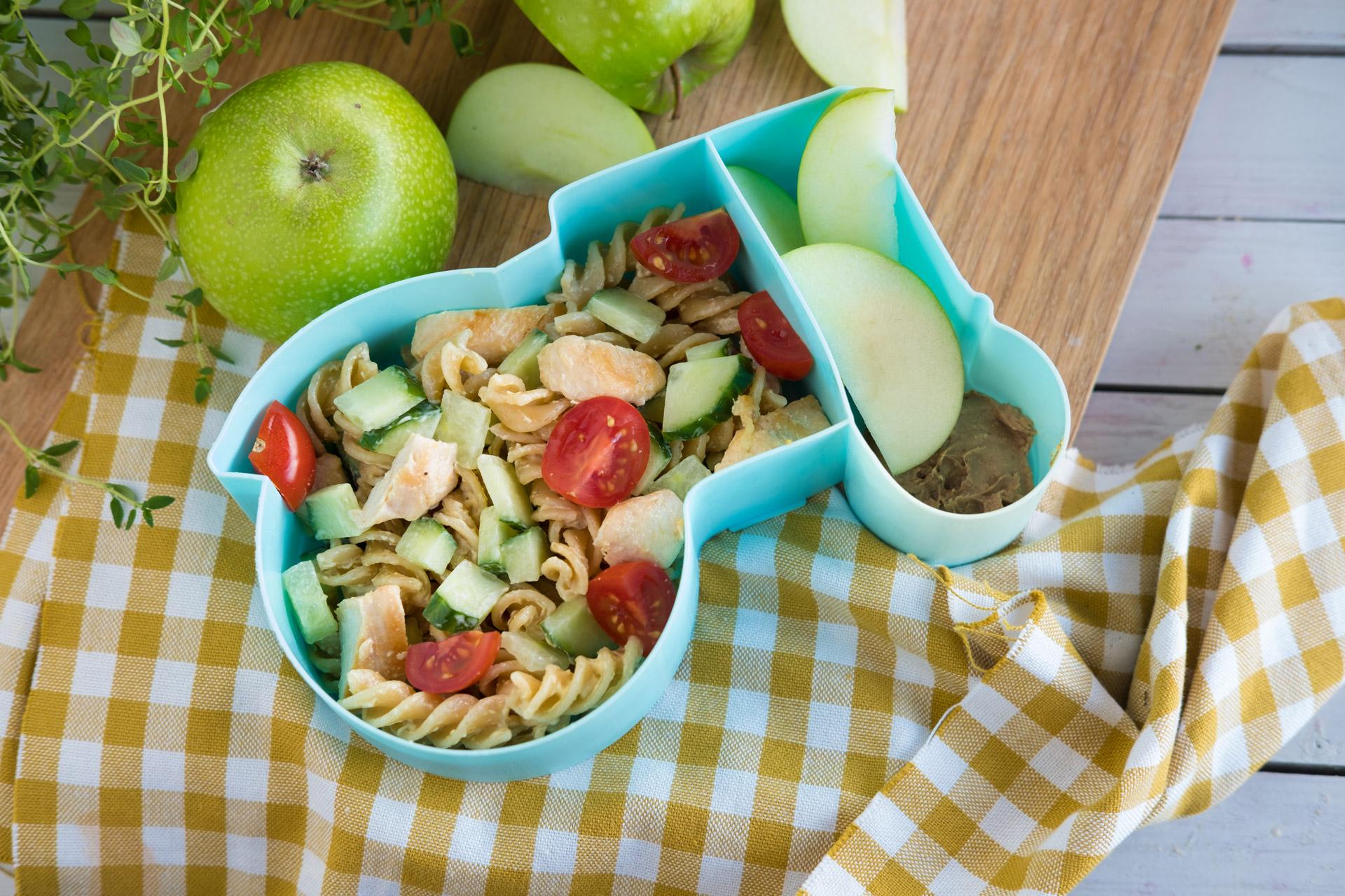 Matpakke med pastasalat og eple. Foto.
