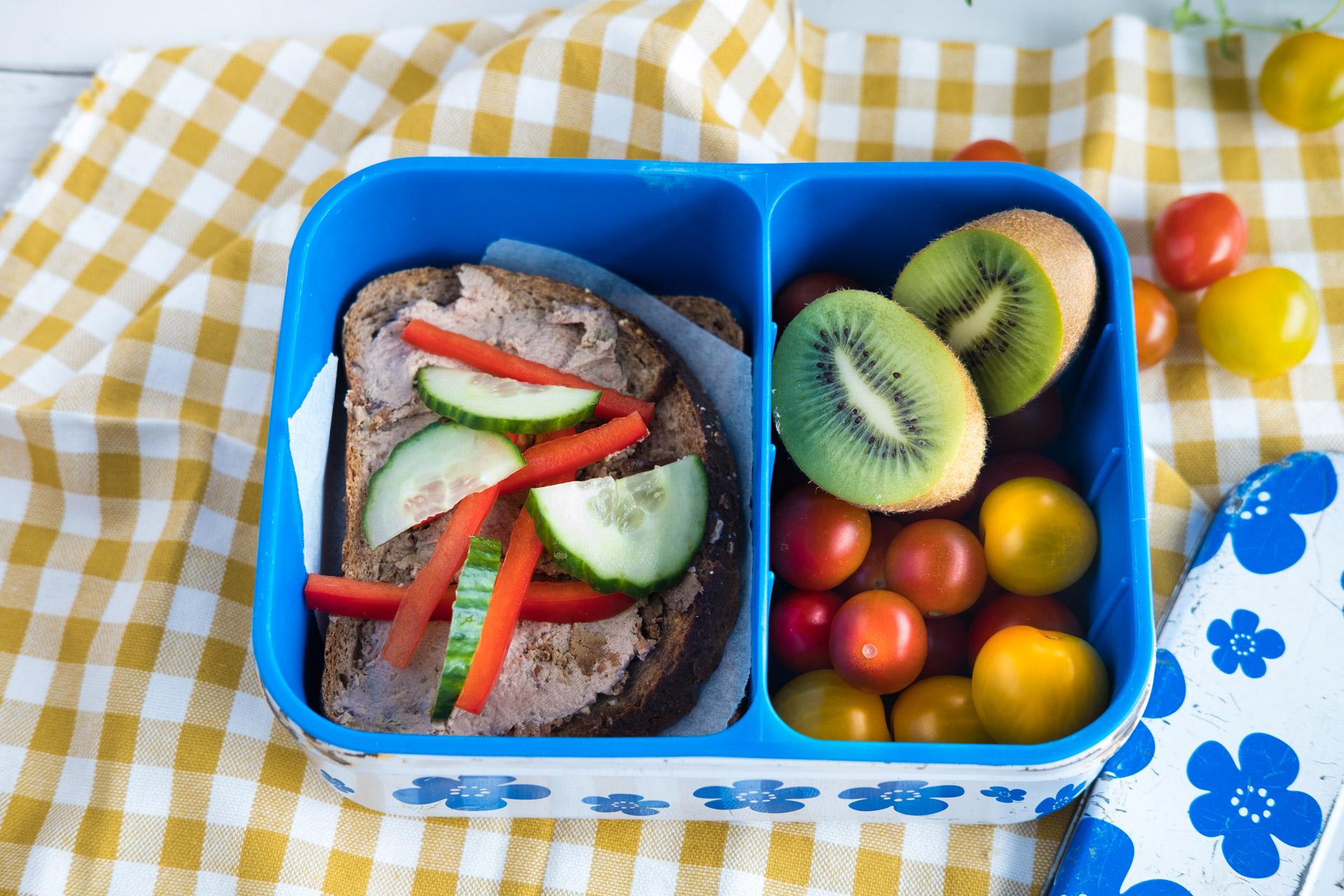 Matpakke med brød, kiwi og tomat. Foto.