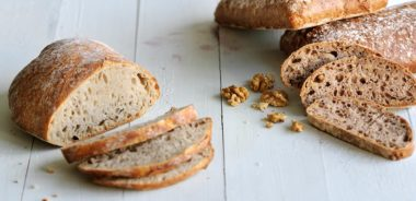 brødrester av lyst og grovt brød