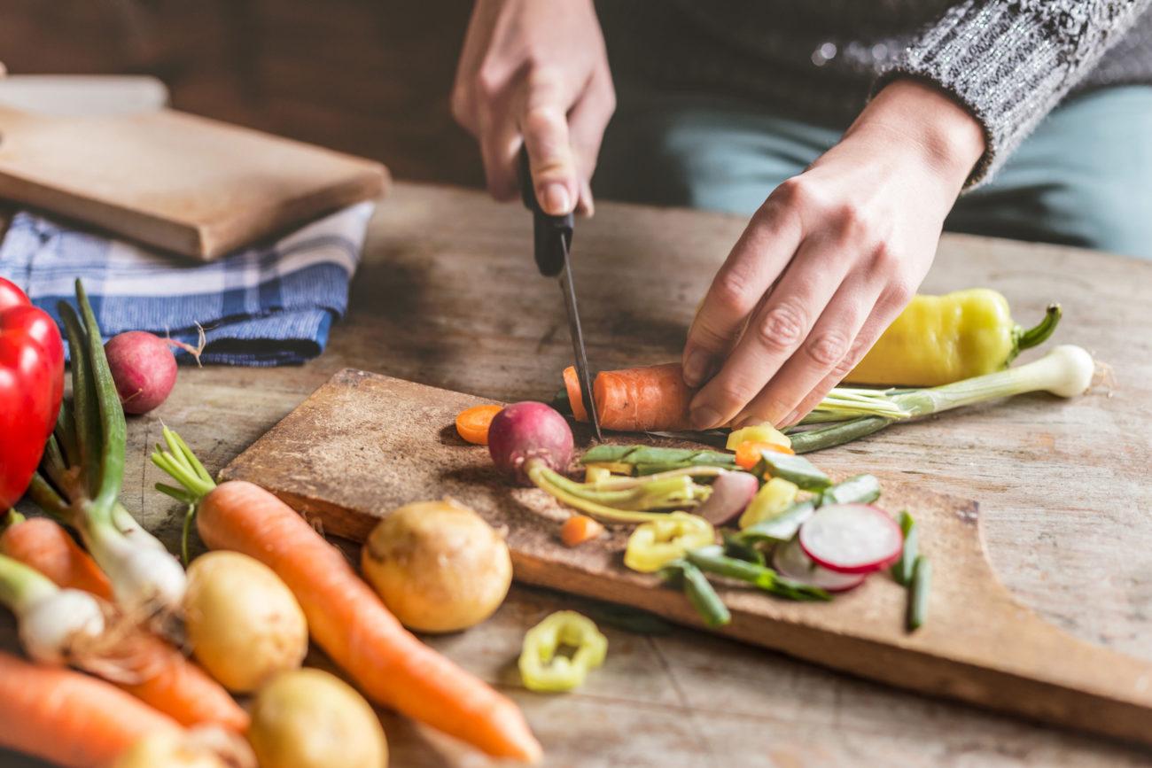 Grønnsaker som blir kuttet. Foto.