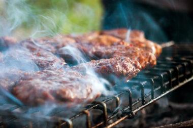 Røyking på grill. Foto.