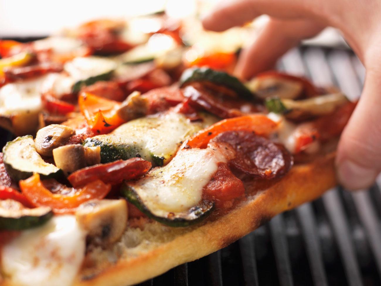 Pizza på grillen. Foto.