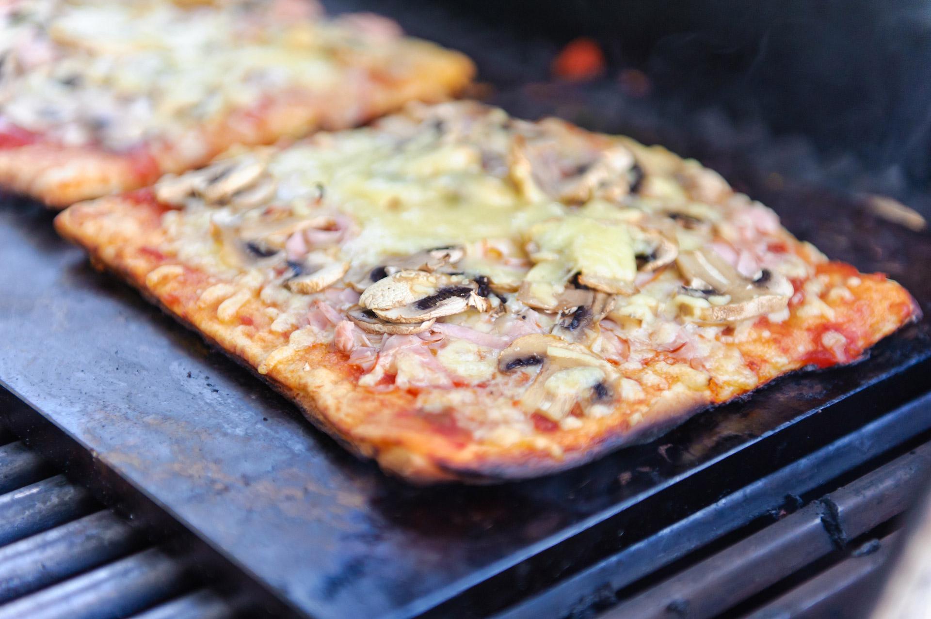 Pizza med sopp på grill. Foto.