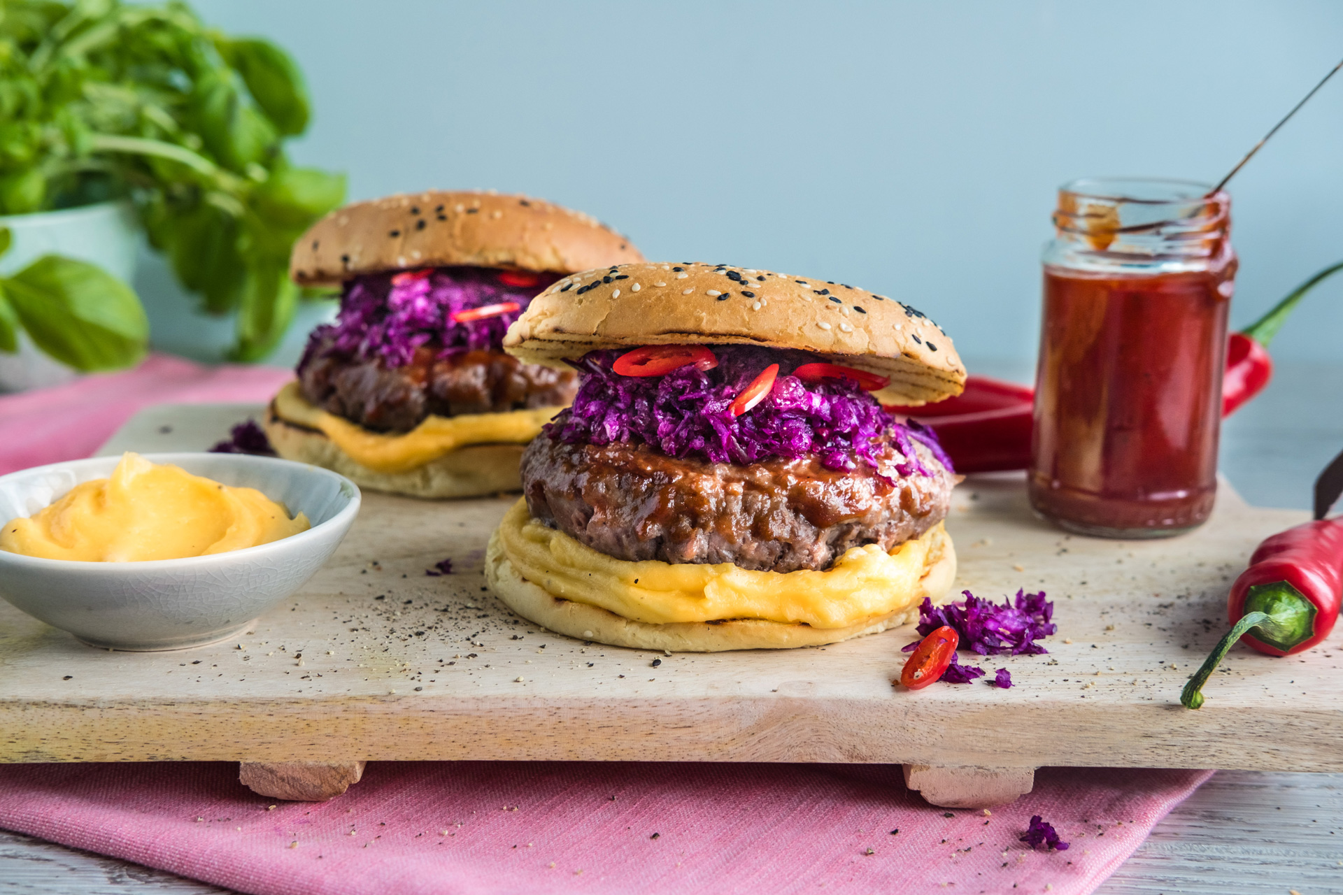 BBQ-burger med cheddarsaus. Foto.