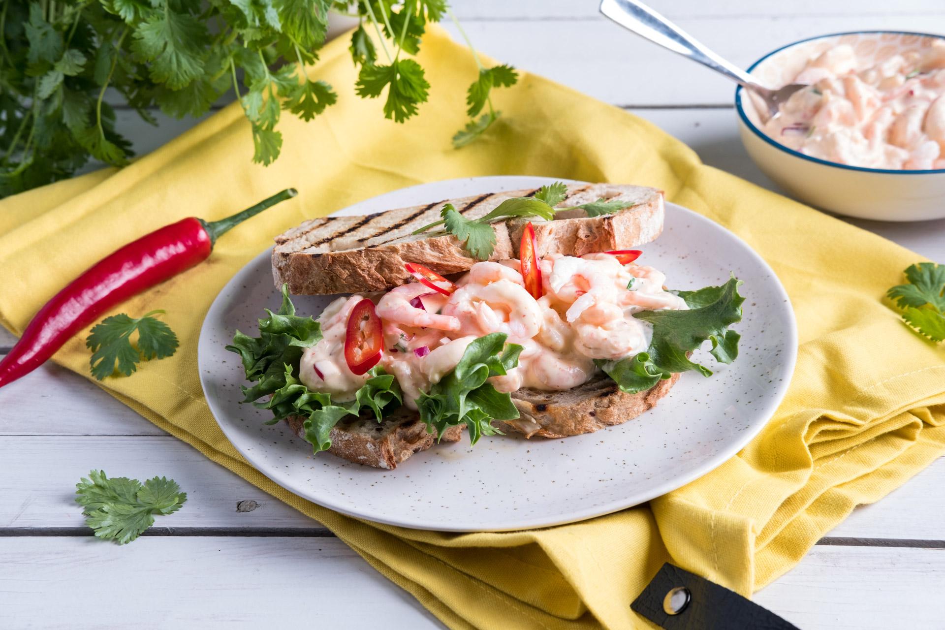Spicy rekesalat på brød. Foto.