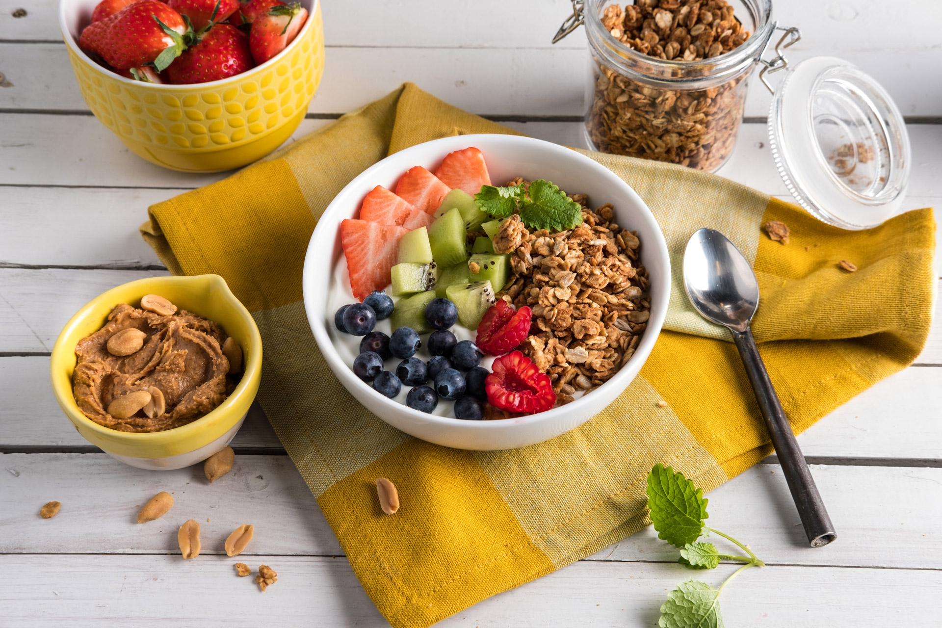 Hjemmelaget granola med peanøttsmør. Foto.