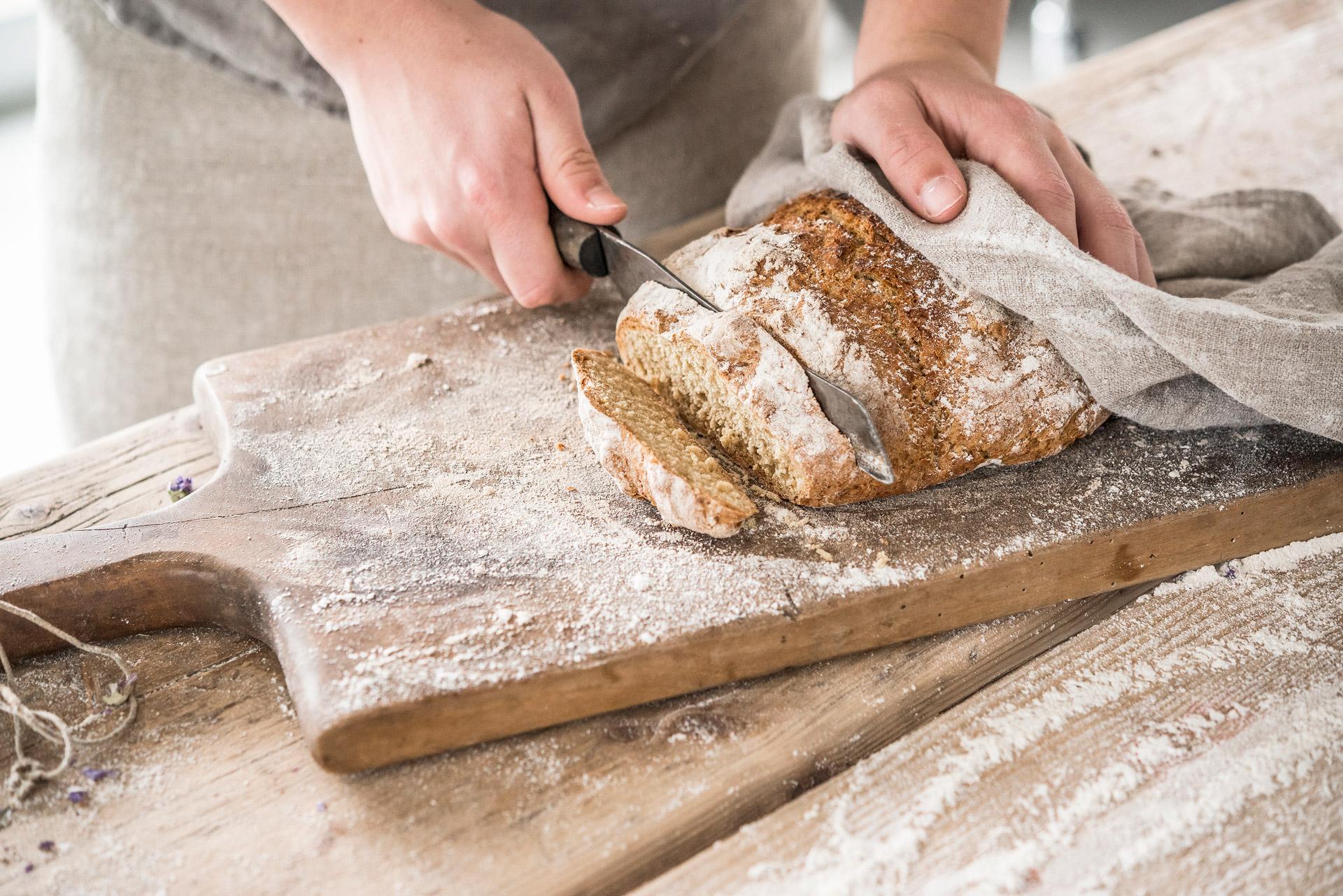 Brød med sprø skorpe. Foto.