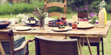 Sommeravslutning med kaker på bord. Foto.