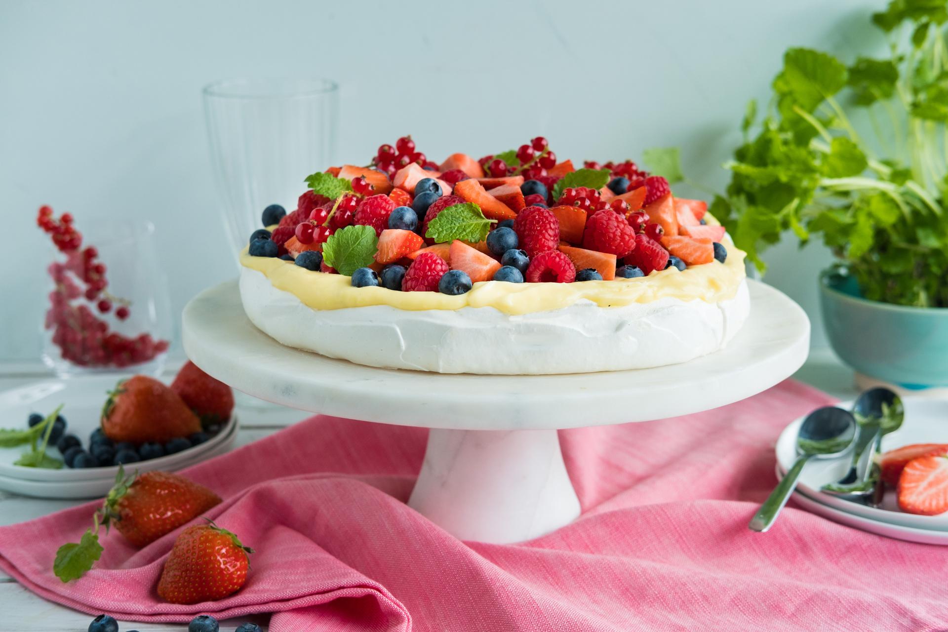 Pavlova med vaniljekrem og bær. Foto.