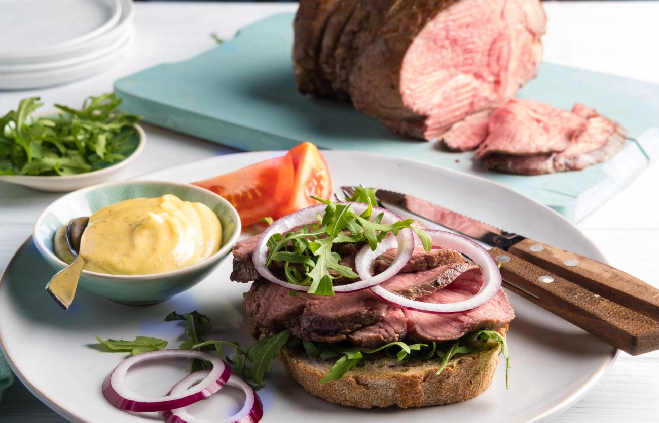 Roastbiff på brød med remulade og rødløk. Foto.