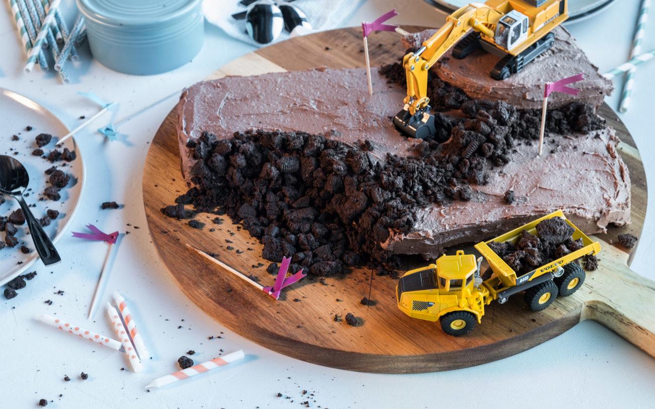 Sjokoladekake med gravemaskin på toppen. Foto.