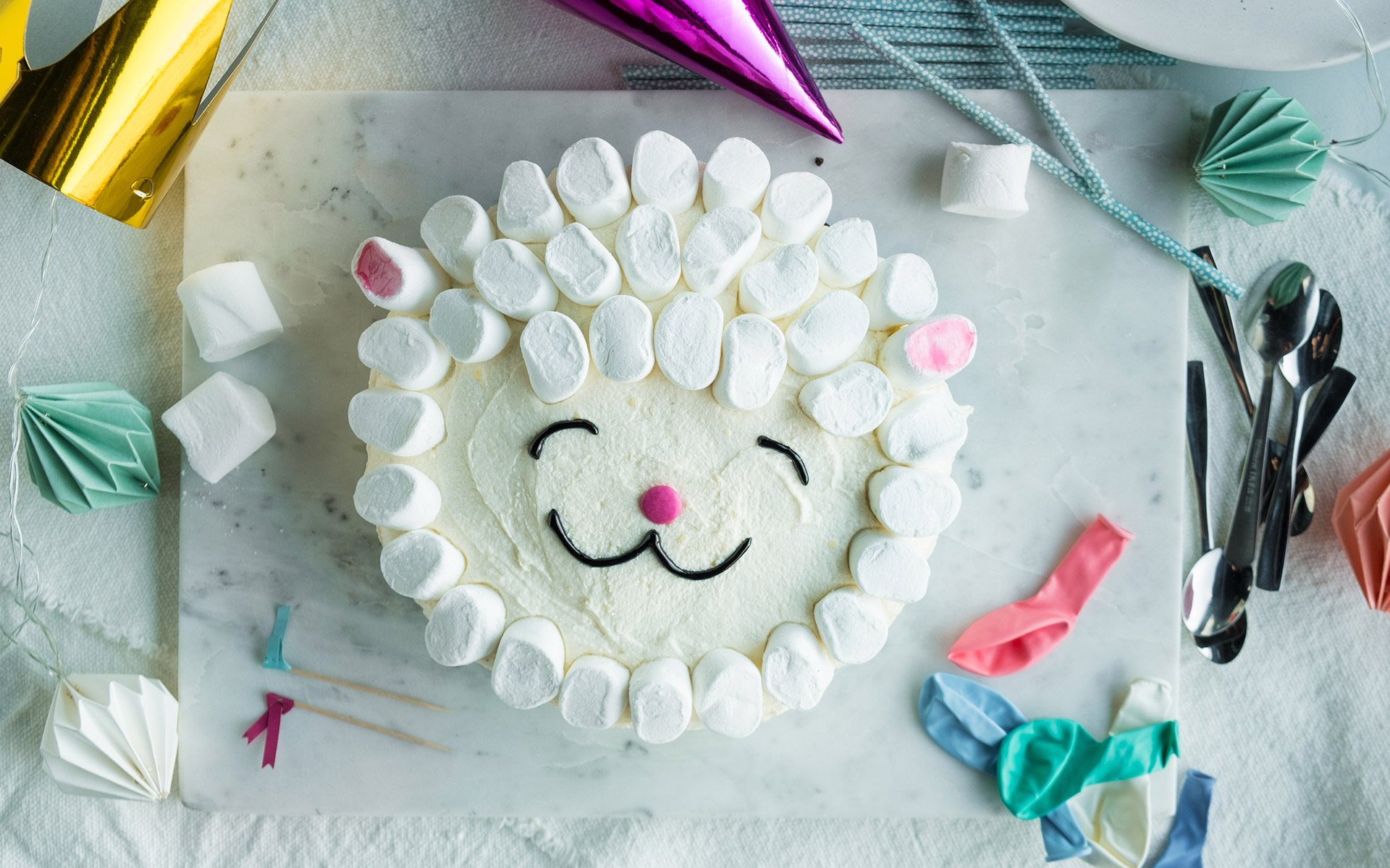 Sjokoladekake dekorert som en sau. Foto.