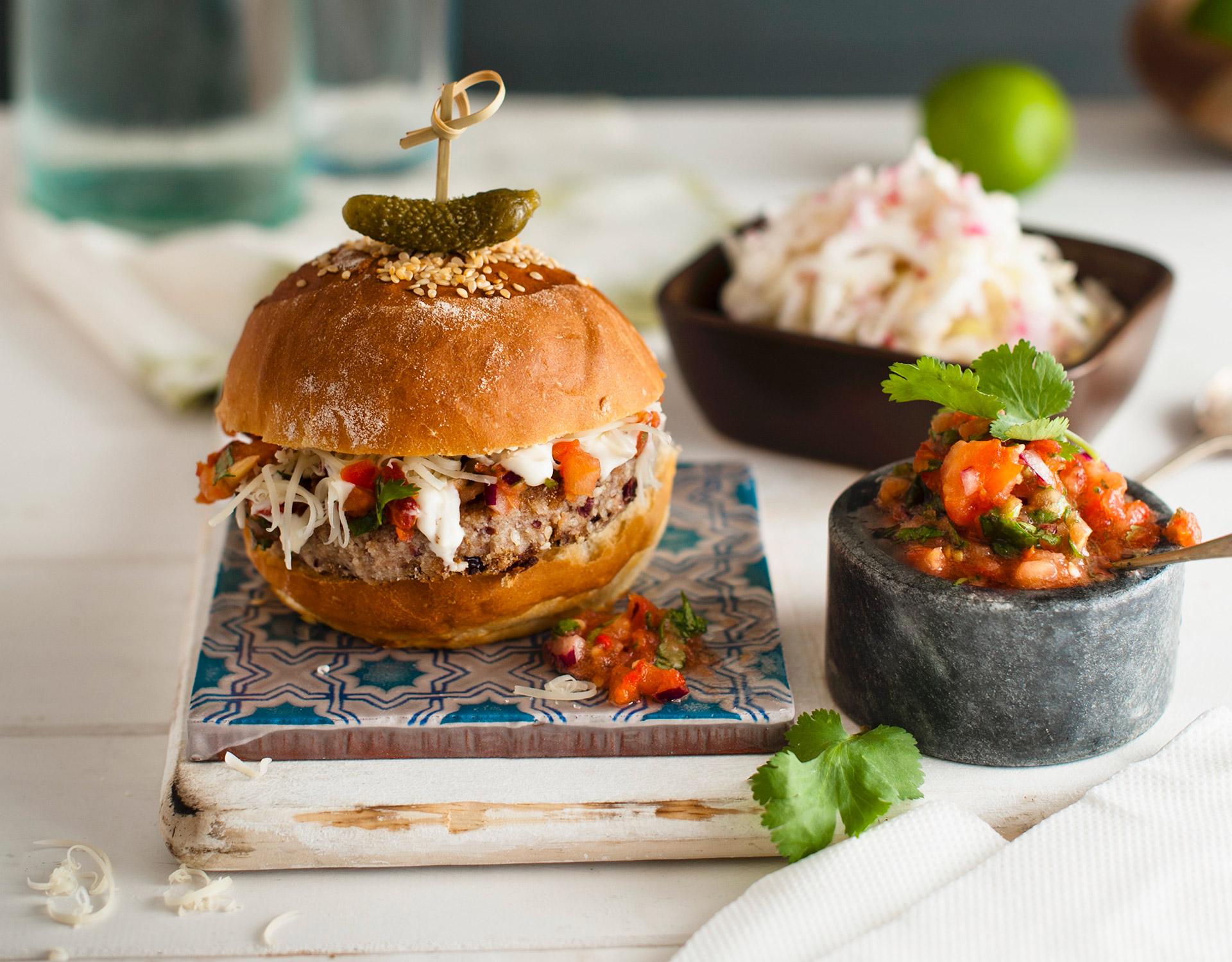 Burger med lam og coleslaw. Foto.